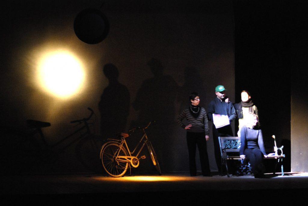 prove: effetto luce su velatino dato dal cerchio fissato su prima americana, bicicletta effetto ombra sempre su velatino, gruppo di attori