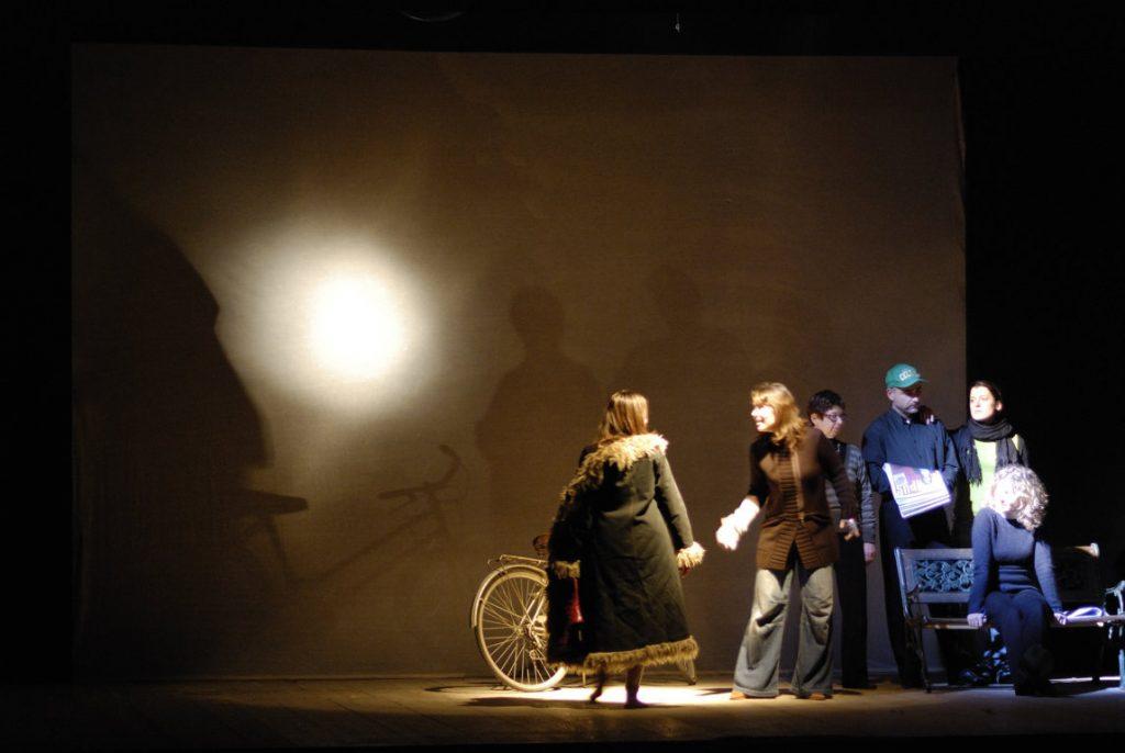 immagine dalle prove dello spettacolo lost and found. gruppo sulla destra, mersia di spalle, bicicletta, velatino