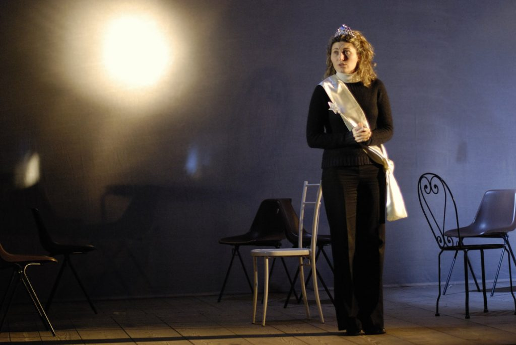 figura intera di cecilia nello spettacolo di metis teatro lost and found