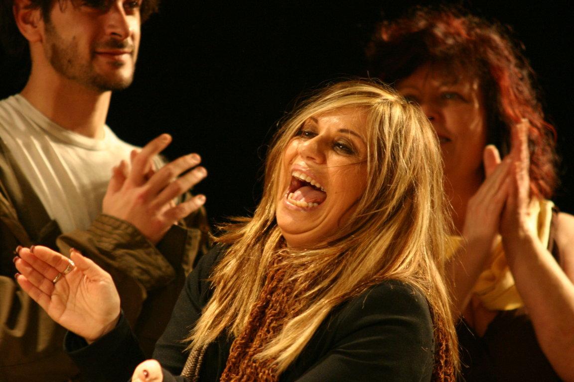 Primo piano di Norma durante i saluti spettacolo Elena