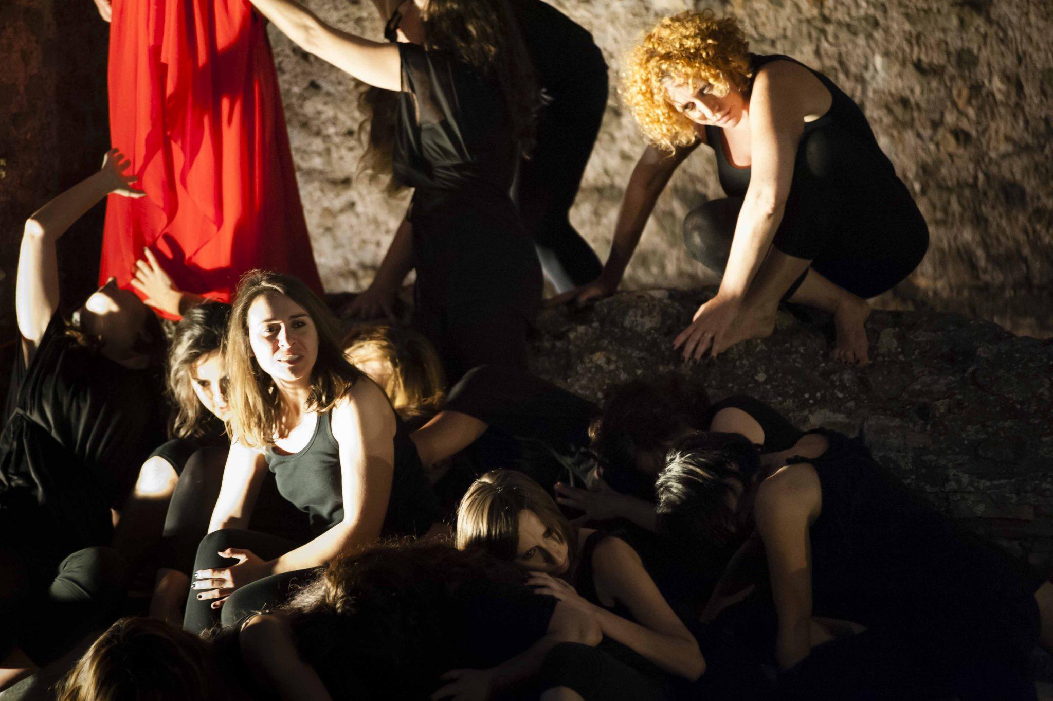 scena di gruppo spettacolo macbeth al ninfeo di villa dei quintili realizzato da ass cult metisteatro
